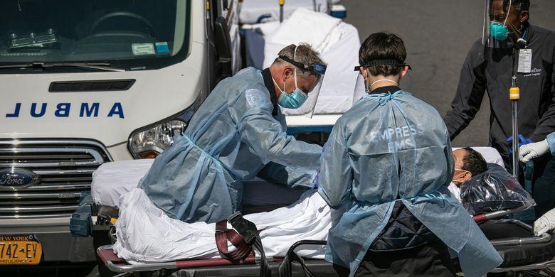 Tenaga medis ketika menangani pasien Covid-19 di luar Rumah Sakit Montefiore Bronx, New York, pada 7 April 2020.