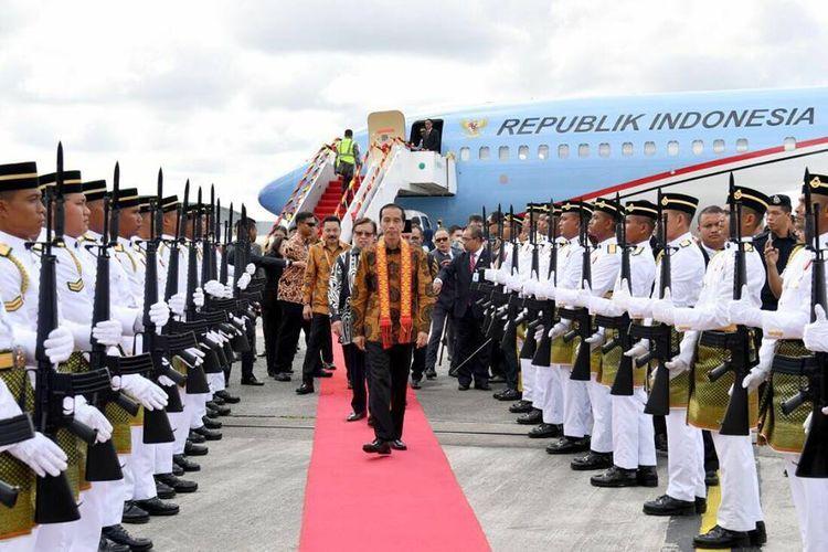 Presiden Joko Widodo ketika tiba di Kuching, Malaysia untuk menghadiri konsultasi tahunan ke-12 RI-Malaysia.