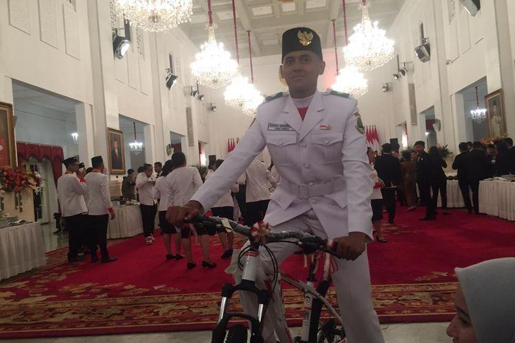 Rangga Wirabrata Mahardika rupanya sempat merasa grogi saat mengibarkan bendera pustaka pada upacara HUT RI ke-74, di Istana Merdeka, Jakarta, Sabtu (17/8/2019). Namun justru karena kegugupannya itu ia justru mendapat sepeda oleh Jokowi.