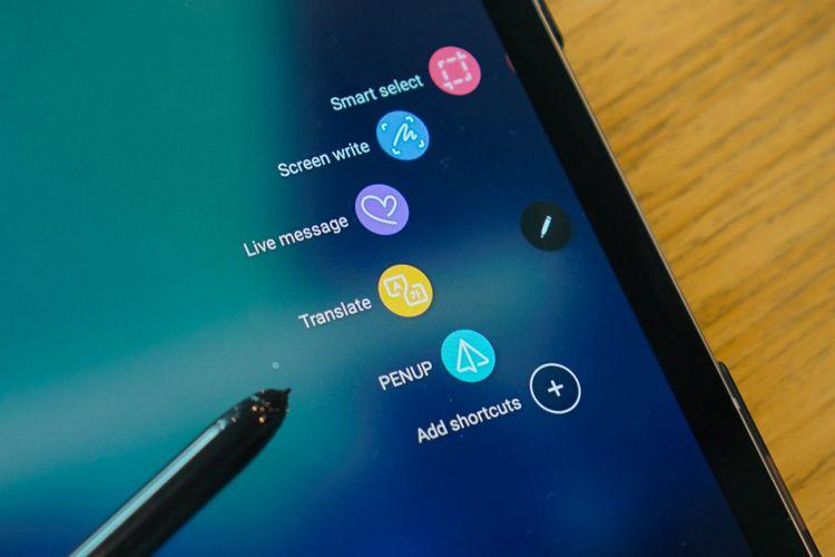 Seperti sebelum-sebelumnya, Samsung memberikan aneka shortcut untuk menjalankan fungsi stylus lewat fitur Air Command. Fitur ini dipanggil dengan menekan tombol pada S Pen dan menyentuhkan ujung sang pena ke layar.