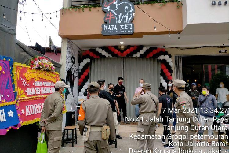 Satpol PP Jakarta Barat menyegel restoran Raja Sei, Tanjung Duren, Jakarta Barat pada Minggu (7/3/2021). Restoran disegel sebab kegiatan peluncurannya memicu kerumunan warga.