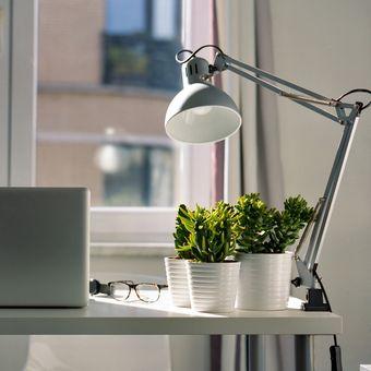 Ilustrasi meja kerja di rumah.