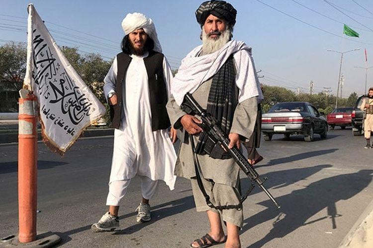 Beberapa milisi Taliban menukarnya Kalashnikov AK-47 Rusia dengan senjata Amerika Serikat (AS) yang disita saat pemerintah Afghanistan runtuh.