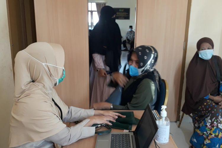 Calon Jemaah Haji Kota Palopo menjalani vaksinasi covid-19, Jumat (16/04/2021)
