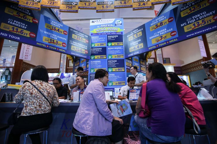 Pengunjung berburu tiket murah di pameran wisata Astindo Travel Fair 2019 di Assembly Hall, Jakarta Convention Center (JCC), Jakarta, Jumat (22/2/2019). Berbagai promo tiket murah liburan di dalam dan luar negeri manjado data tarik pengunjung yang datang.