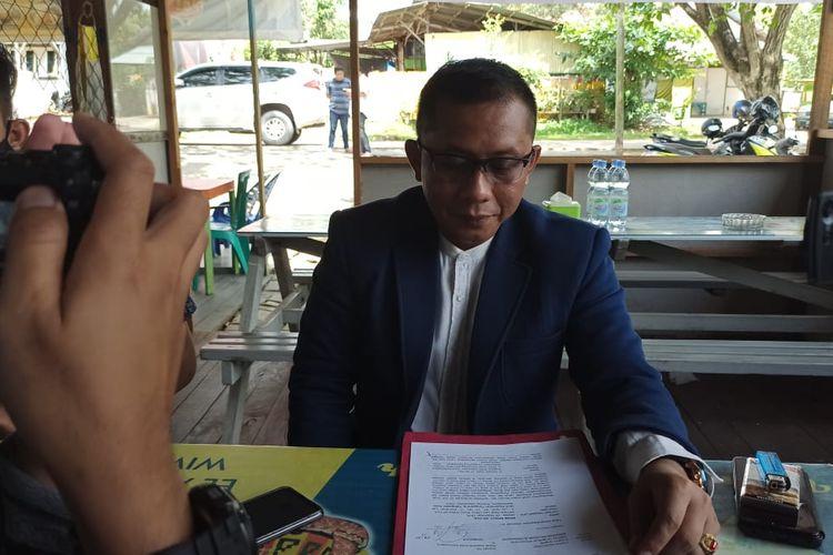 Agus Shali Kuasa Hukum Suyono saat menunjukan bukti laporan polisi di Tenggarong, Kutai Kertanegara, Kaltim, Rabu (29/7/2020).