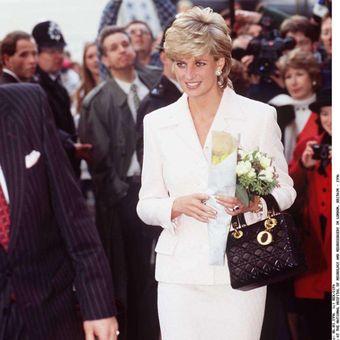 Putri Diana menenteng tas Lady Dior