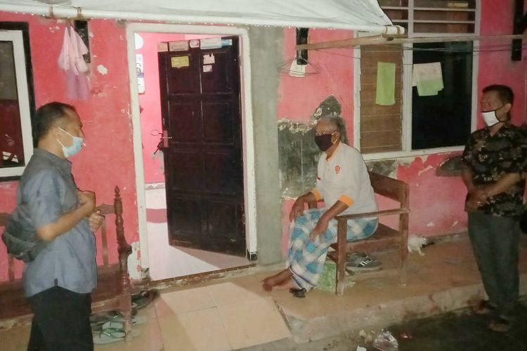 Camat Tegal Selatan, Kota Tegal Sartono mengunjungi seorang tukang becak positif Covid-19 untuk memberikan pemahamanan agar tidak menarik becak selama menjalani isolasi mandiri, Sabtu (18/9/2020).