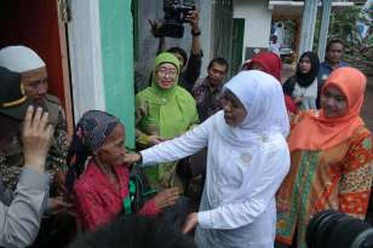Menteri Sosial Khofifah Indar Parawansa menyalami salah satu warga yang masuk kategori sangat miskin, di sela acara peletakan batu pertama pembangunan permukiman untuk eks gelandangan dan pengemis di Kota Malang, Jawa Timur (25/3/2016).