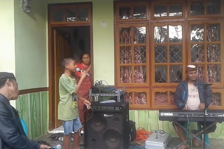 Video anak asal NTT, Betrand Peto saat menyanyikan lagu Titip Rindu buat Ayah yang viral di media sosial.