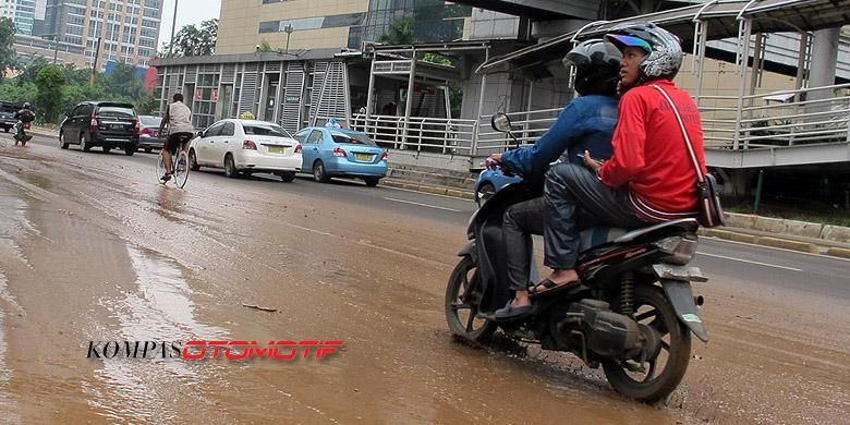 Salah satu kondisi jalan yang berbahaya ketika basah, luberan lumpur.