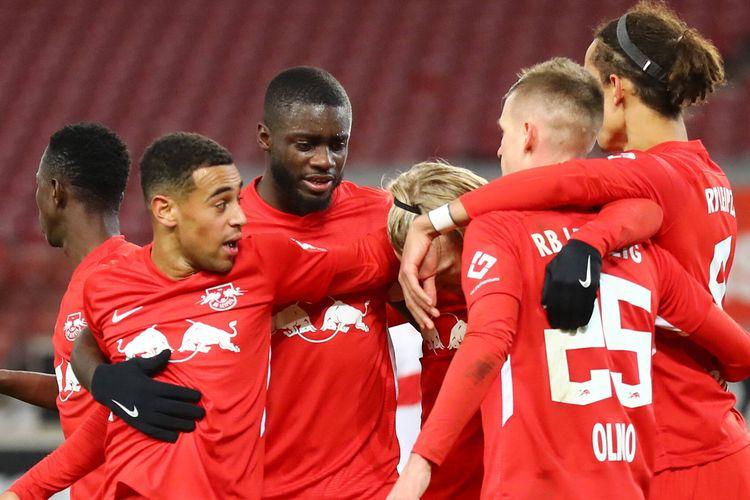 Para pemain RB Leipzig merayakan gol saat bertandang ke VFB Stuttgart pada laga lanjutan Bundesliga, Minggu (3/1/2021) dini hari WIB.