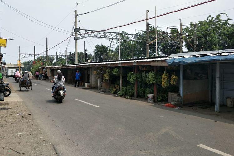 Deretan lapak pedagang pisang di Jalan Raya Pisangan Lama, Kelurahan Pisangan Timur, Kecamatan Pulogadung, Jakarta Timur, Minggu (24/11/2019).