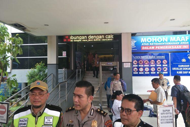 Kepala BPRD DKI Jakarta Faisal Syafruddin (paling kiri) di Polda Metro Jaya, Jakarta Selatan, Selasa (12/11/2019).