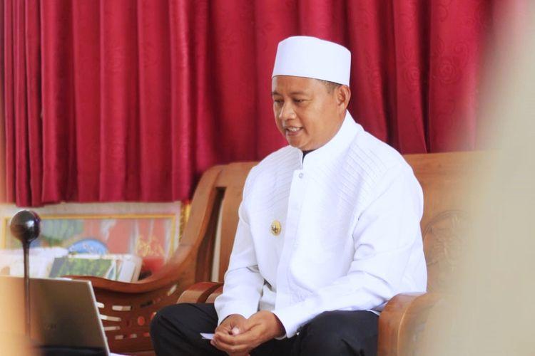 Wakil Gubernur (Wagub) Jawa Barat (Jabar) Uu Ruzhanul Ulum saat menyosialisasikan PPKM Darurat kepada tokoh agama, tokoh masyarakat, pimpinan pondok pesantren, dan lembaga keagamaan se-Jabar via konferensi video, Senin (5/7/2021).
