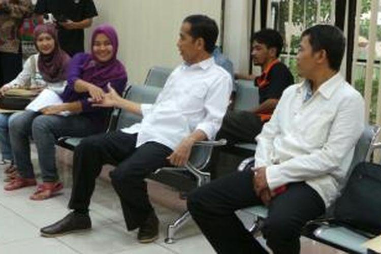 Gubernur DKI Jakarta Joko Widodo (dua dari kanan) menyalami warga dalam inspeksi mendadak di Kantor Kelurahan Pondok Bambu, Jakarta Timur, Kamis (18/7/2013). Ia duduk di ruang pelayanan umum kantor kelurahan tersebut.