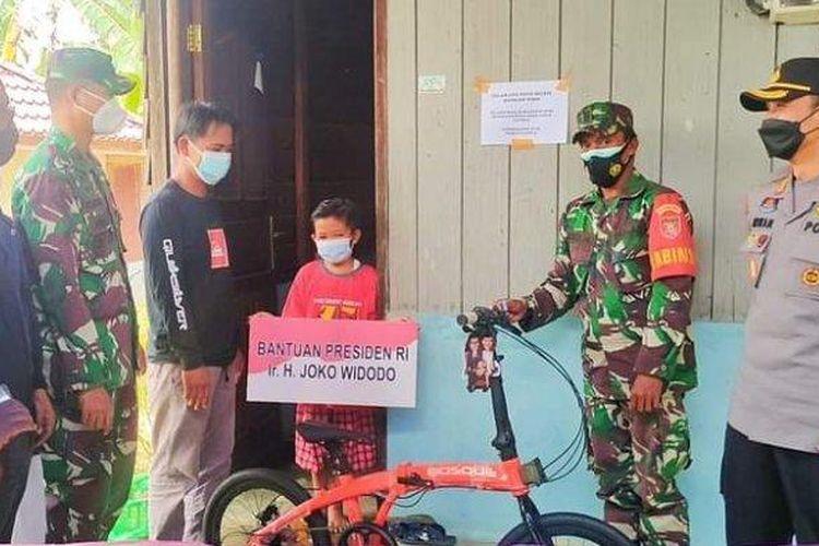 Vino bocah yatim piatu setelah kedua orangtunya meninggal lantaran terpapar Cvid-19. Margono, keluarga Vino menyampaikan rasa terima kasih atas bantuan Presiden Jokowi yang diberikan secara simbolis melalui jajaran TNI Polri, Selasa (27/7/2021).