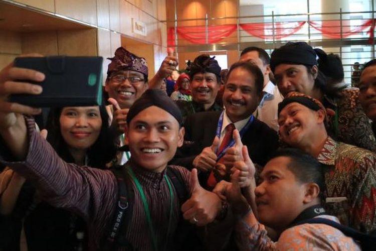 Peraih penghargaan ASEAN Award 2017 kategori homestay dan desa wisata bersama Menteri Pariwisata Arief Yahya di acara ASEAN Award 2017, Singapura, Jumat (20/1/2017).