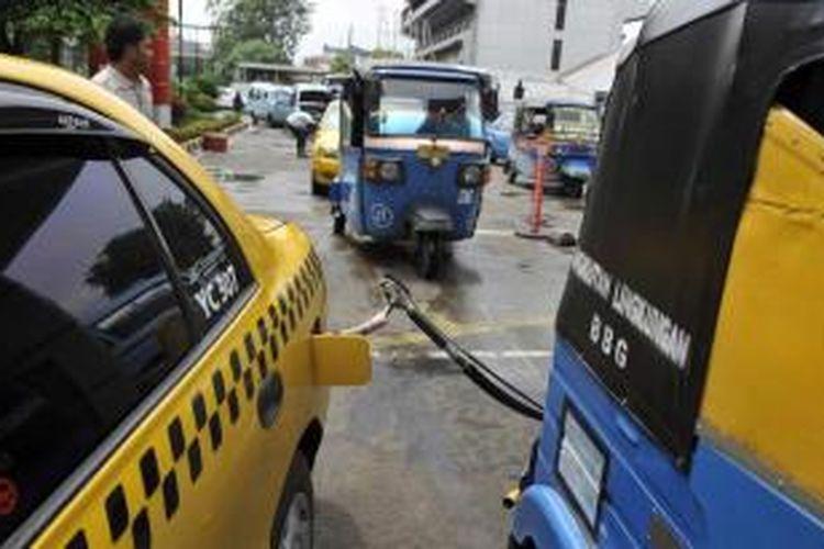 Kendaraan umum, seperti bajaj, mikrolet, dan taksi mengisi bahan bakar gas (BBG) di Stasiun Pengisian Bahan Bakar Gas (SPBG) Jalan Pemuda, Jakarta, beberapa waktu lalu.