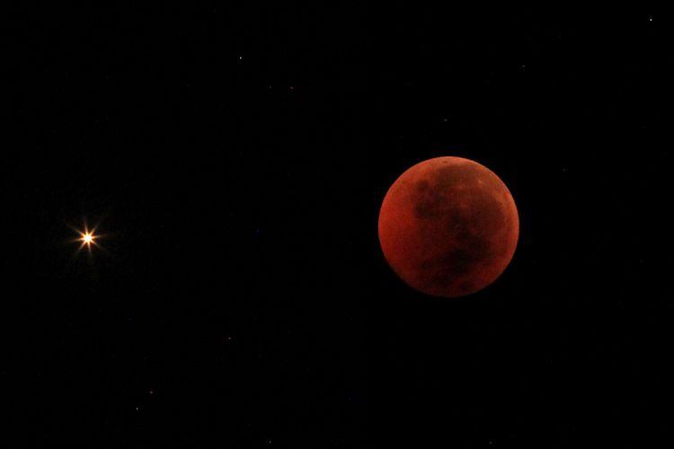 Foto kolase Planet Mars terlihat saat terjadinya fenomena gerhana bulan total di langit Indramayu, Jawa Barat, Sabtu (28/7/2018). Gerhana bulan total tahun ini merupakan fenomena langka karena terjadi selama 1 jam 43 menit atau merupakan gerhana terlama yang terjadi di abad ini.