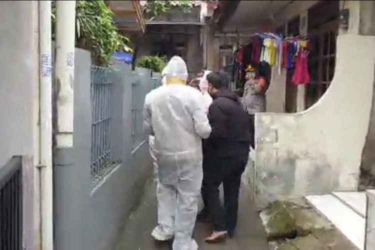 Wakapolres Metro Jakarta Selatan, AKBP Antonius Agus Rahmanto terlibat dalam evakuasi seorang warga bernama Budi (59) yang terkonfirmasi positif Covid-19 dan dalam kondisi kritis di Jagakarsa, Jakarta Selatan pada Kamis (25/6/2021).