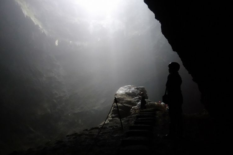 Cahaya surga Goa Jomblang yang menarik wisatawan. Goa Jomblang terletak di Desa Pacarejo, Kecamatan Semanu, Kabupaten Gunungkidul, DI Yogyakarta.