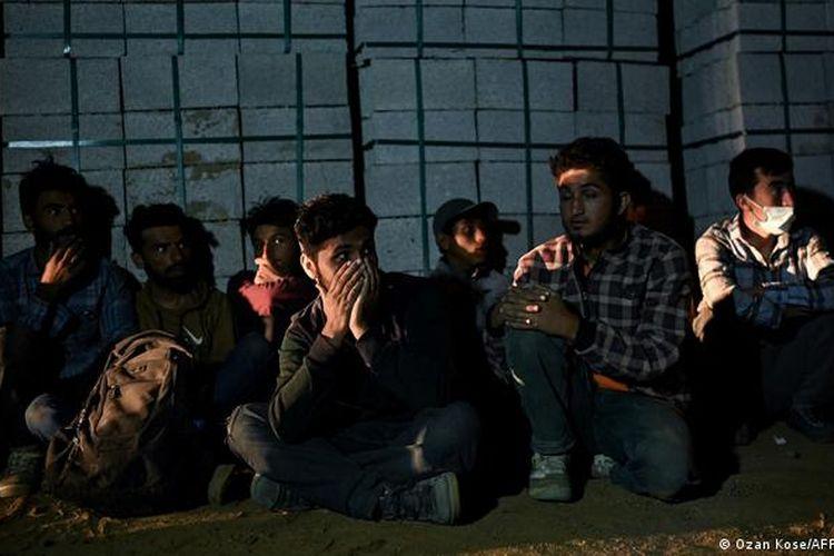 Pengungsi Afganistan menunggu transportasi dari para penyelundup menuju Turki.