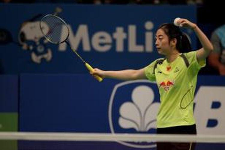 Pebulu tangkis Tiongkok, Wang Shixian, bersiap melakukan servis saat menghadapi pemain Thailand, Ratchanok Intanon, pada semifinal BCA Indonesia Open, Sabtu (21/6/2014). Wang kalah 21-19, 16-21, 13-21