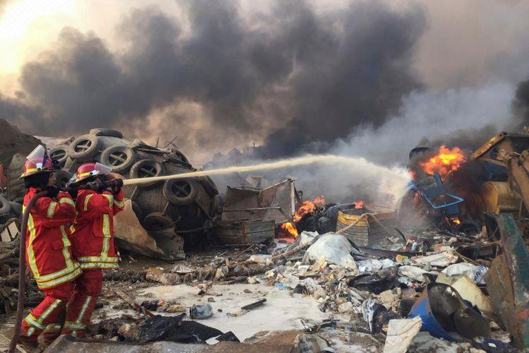 Tim pemadam kebakaran berusaha memadamkan api dalam ledakan yang terjadi di Beirut, Lebanon, pada 4 Agustus 2020.