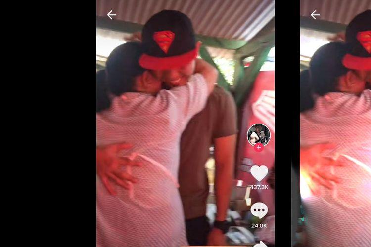 Tangkapan layar video TikTok anak kejutkan orangtuanya dengan pulang kampung tanpa memberi kabar dan menyamar menjadi pembeli di warung tempat orangtuanya berjualan.