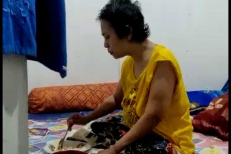Rhika yang harus kehilangan kedua kakinya usai diamputasi, setelah sempat menderita kanker ovarium.