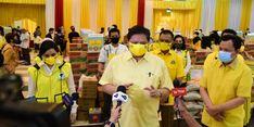 Golkar Bagikan 1,2 Juta Paket Sembako, Airlangga Minta Kader Terus Bantu Ringankan Beban Warga