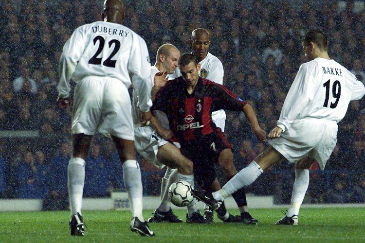 Striker AC MIlan, Andriy Shevchenko, berupaya menembus pertahanan Leeds United pada laga Liga Champions Grup H di Elland Road, 19 September 2000.