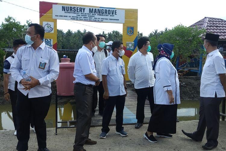 Menteri KKP saat mengunjungi tempat penanaman bibit mangrove