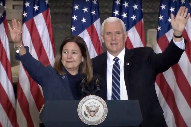 Wakil Presiden AS Mike Pence dan istrinya, Karen Pence, menyampaikan sambutan di Fort Drum, New York, AS.