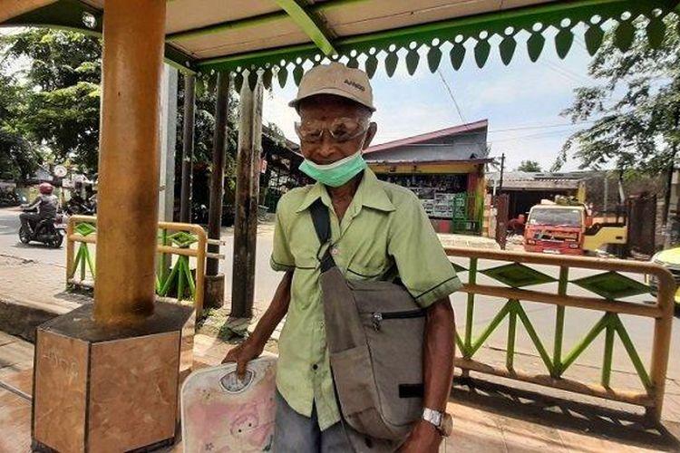 Darmo, kakek tua asal Pulogebang, Cakung, Jakarta Timur yang menawarkan jasa timbang berat badan dan tensi darah dengan bayaran seikhlasnya, Kamis (4/3/2021).