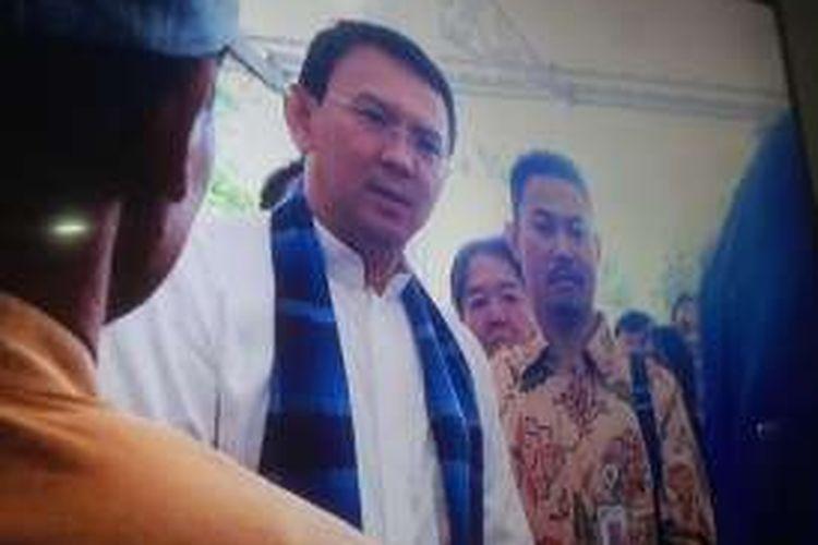 Gubernur DKI Jakarta Basuki Tjahaja Purnama saat menerima kedatangan warga Kampung Baru, Muara Angke di Balai Kota, Kamis (9/6/2016). Warga mendatangi Ahok karena menolak direlokasi.