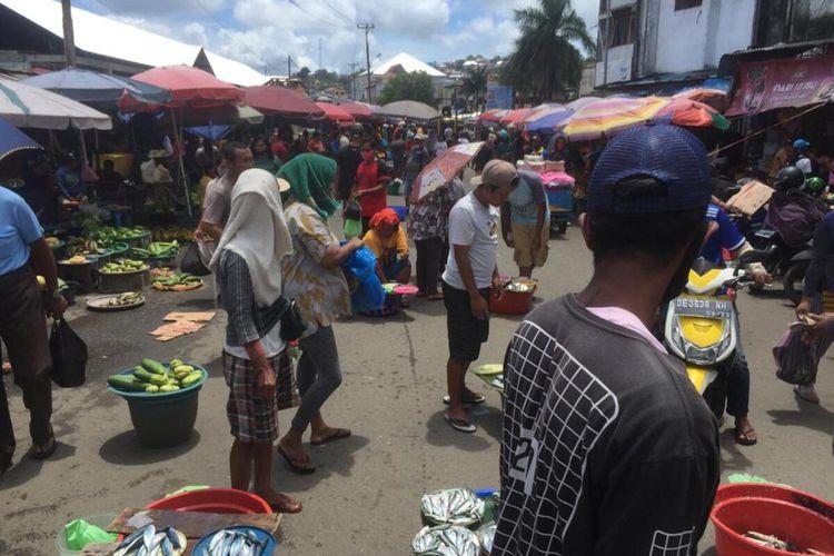 Para pedagang Pasar Mardika yang lapaknya telah dibongkar memilih berjualan di atas badan Jalan di kawasan Pasar tersebut, Kamis (24/9/2020). Para pedagang ini menolak direlokasi ke dua pasar yang disediakan pemerintah Kota Ambon