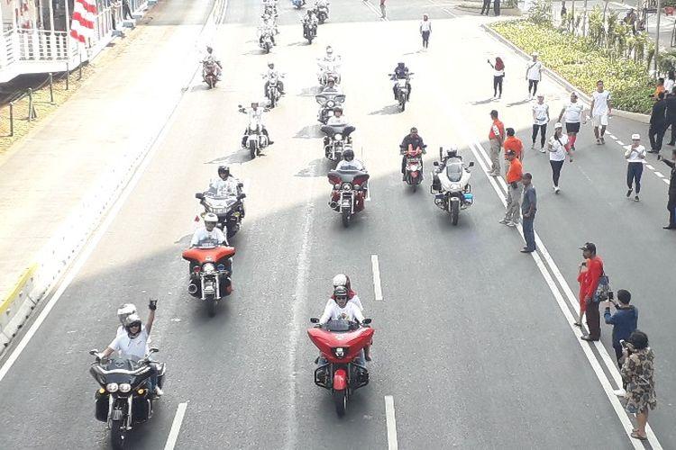 Komunitas motor gede merk Harley Davidson mengiringi torch relay atau kirab obor Asian Games 2018 pada Sabtu (18/8/2018)