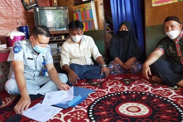 Petugas jasa Raharja mendata keluarga korban kecelakaan yang akan diberikan santunan, Jumat (16/4/2021)
