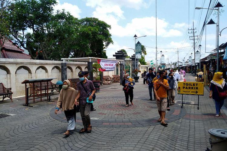 Keramaian pengunjung Makam Bung Karno terlihat di area citywalk, Minggu (19/9/2021)