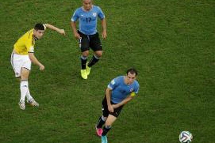 Pemain Kolombia, James Rodriguez, melepaskan tendangan keras yang berujung gol ke gawang Uruguay, Sabtu (28/6/2014).