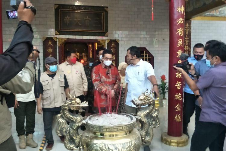 Wakil Gubernur DKI Jakarta Ahmad Riza Patria mengunjungi Vihara Lalitavistara yang berada di Jalan Cilincing Lama, Cilincing, Jakarta Utara pada Hari Raya Imlek, Junat (12/2/2021) sore.