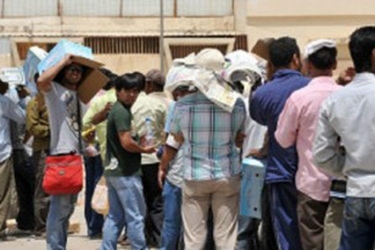 Ribuan pekerja antre di berbagai konsulat menjelang batas waktu 3 Juli untuk pemutihan.