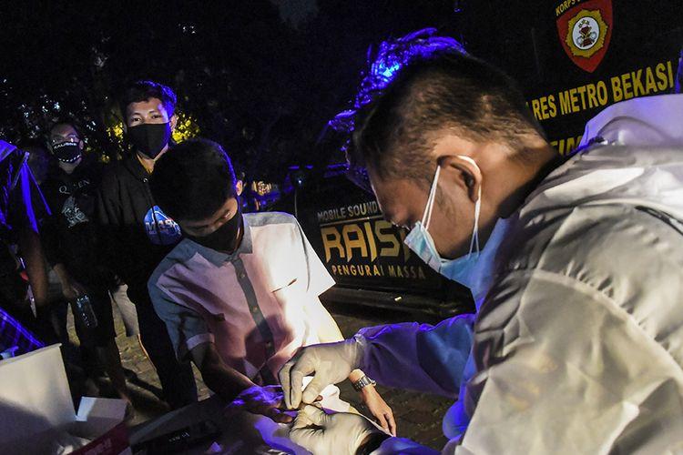 Pelanggar protokol kesehatan menjalani rapid test di Alun-alun Bekasi, Jawa Barat, Sabtu (26/12/2020). Tim Gabungan dari TNI, Polri dan Satpol PP merazia pengunjung yang melanggar protokol kesehatan di ruang publik untuk mencegah penyebaran wabah COVID-19.