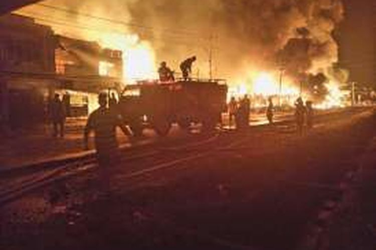 Petugas pemadam kebakaran saat berupaya memadamkan api yang menghanguskan 34 ruko di Pasar Bodok, Kecamatan Parindu, Kabupaten Sanggau, Kalimantan Barat (1/9/2016)
