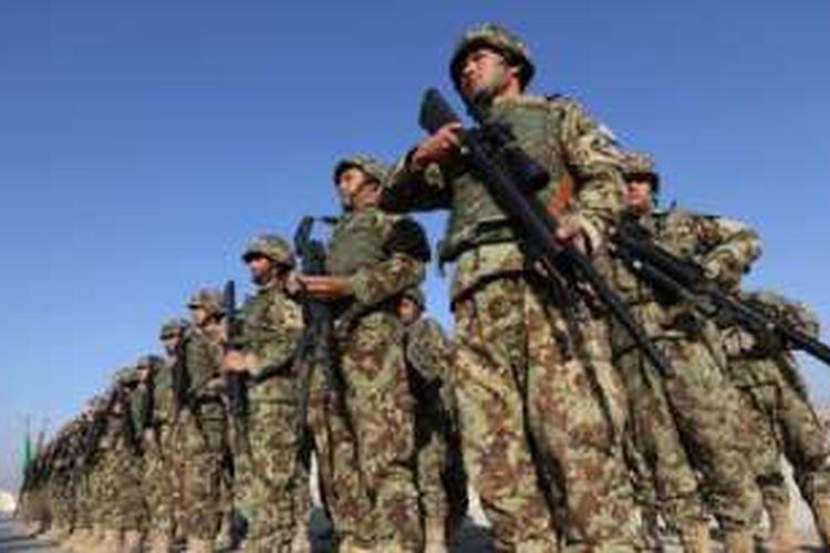 Pasukan keamanan Afganistan dalam sebuah upacara di Provinsi Laghman, sebelah timur Kabul, ibu kota Afganistan.