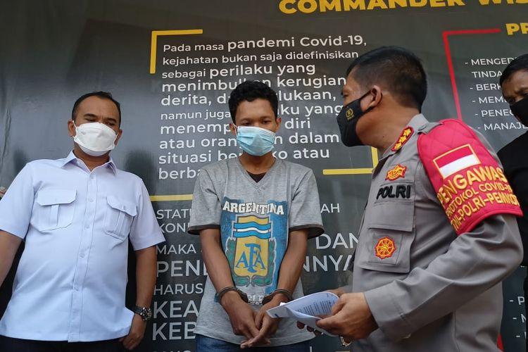 EP (tengah) ditangkap Polres Metro Depok karena memukuli anak kandung berusia 7 bulan hingga lebam, Rabu (17/3/2021).