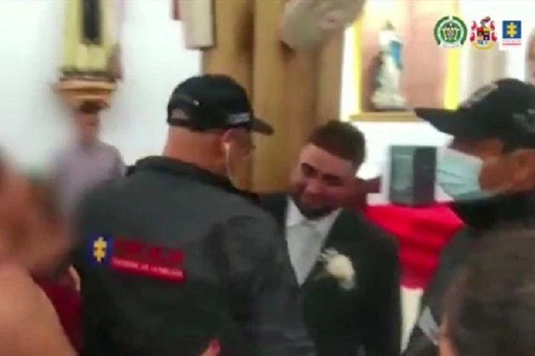 Luis Daniel Santana Hernandez hanya tersenyum ketika polisi Kolombia datang dan menangkapnya tepat di hari dia menggelar pernikahan. Santana Hernandez, bos kartel narkoba, ditangkap setelah buron selama 5 tahun.