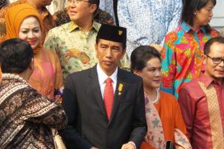 Presiden Joko Widodo (Jokowi) bersama Ibu Negara Iriana saat acara peluncuran investasi padat karya di Tangerang, Senin (5/10/2015).